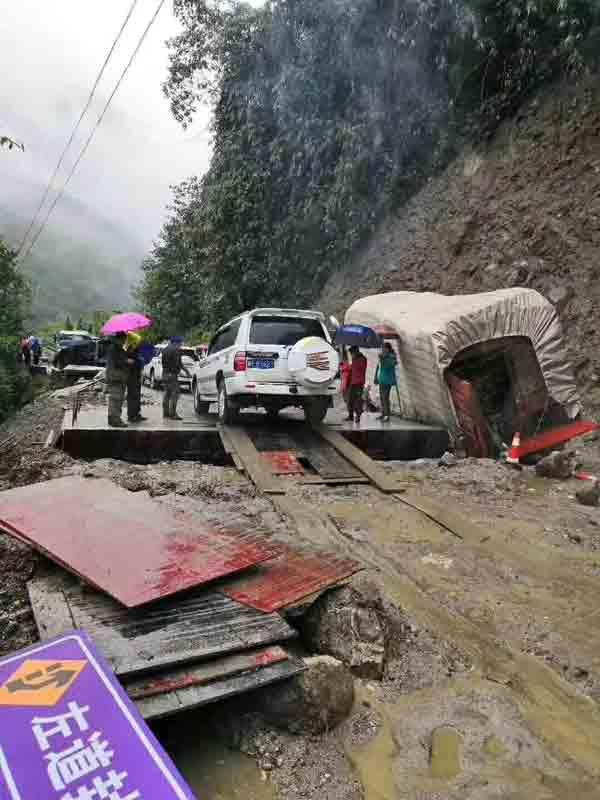 2018川藏线最新路况:墨脱连降大雨,路基垮塌