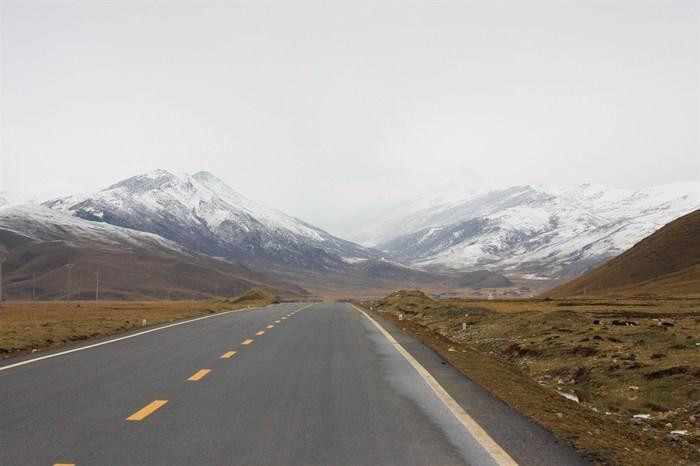 一次计划许久的旅行,历时28天,行程接近1,8万公里,经风雨,见彩虹,让我对自驾旅行中毒越来越深。  当惹雍错,是天使的一滴眼泪  塞满整箱的东西,有备无患,必须的!    此次旅行,因为路途遥远,还要去一部分无人区,而且是单车,所以带了太多的装备,后备箱和后排都快满了。带了双备胎,备用油桶,拖车绳,打气泵,羽绒睡袋,跨接线,防滑链,越野千斤顶,三个人都带了羽绒服,冲锋衣,三个行李箱,全是随身的衣服,为了走无人区,专门下载了专业版卫星地图,所以笔记本必带,相机,佳能40D,镜头70-200,17-85.