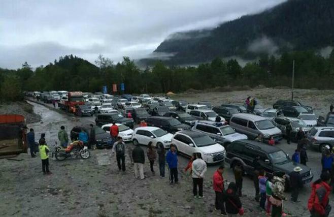 川藏线上被堵的车辆