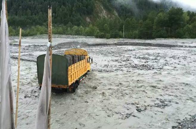 """波密到通麦的涉水路段,车辆被""""背""""过去"""