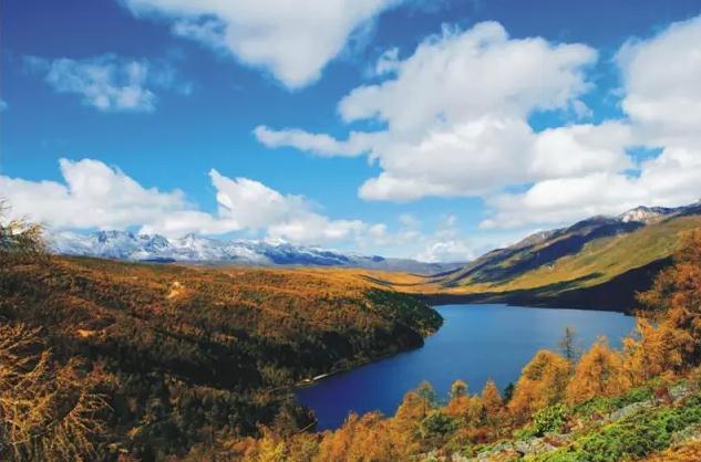 川藏线旅游之木格措 红叶彩林正当时